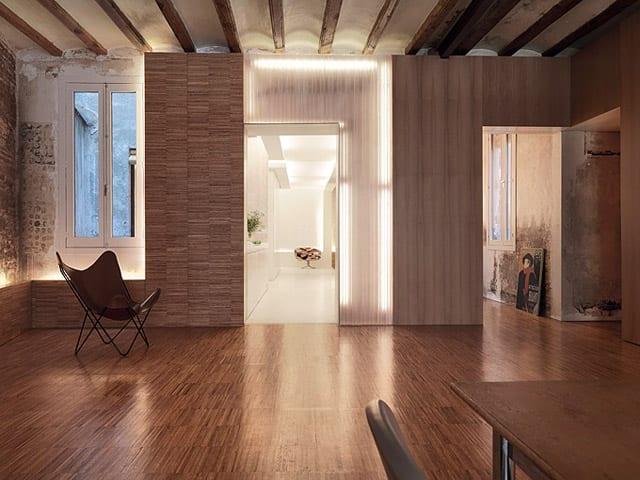 alte wohnung renovieren mit Holzwandverkleidung und gewölbte Decke