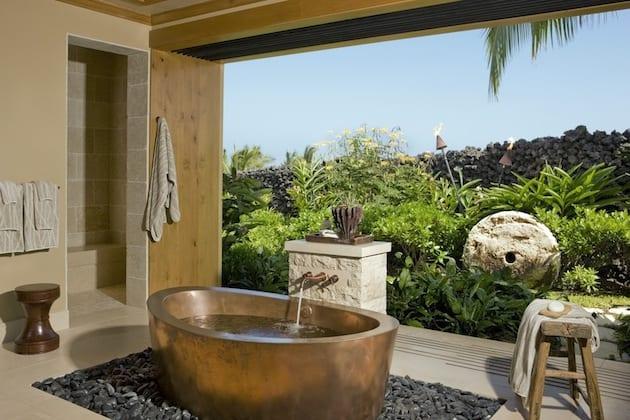 schöne badezimmer ideen mit Freistender badewanne aus beton in Gold gestrichen