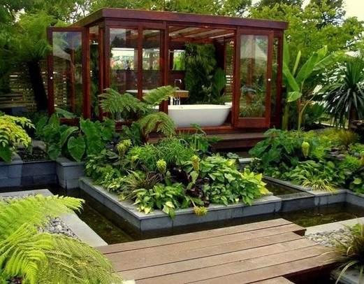 interessante Gartengestaltung mit teichbecken und Holzlaube als Badezimmer