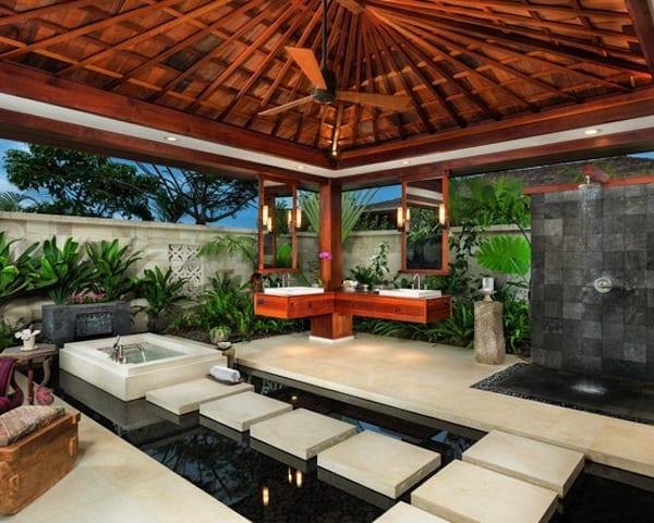 überdachte terrasse mit teichbecken als luxus badezimmer mit hängenden  badezimmerspiegel