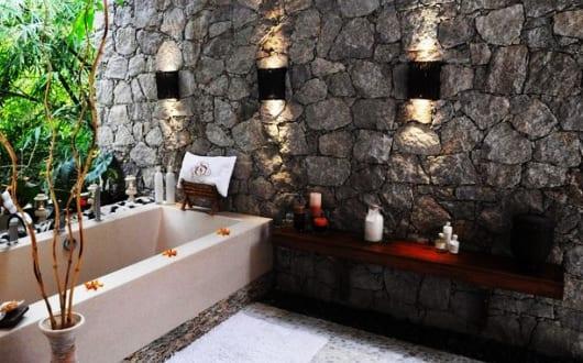 luxus badezimmer mit natursteinwand und badewanne einmauern im au enbereich freshouse. Black Bedroom Furniture Sets. Home Design Ideas