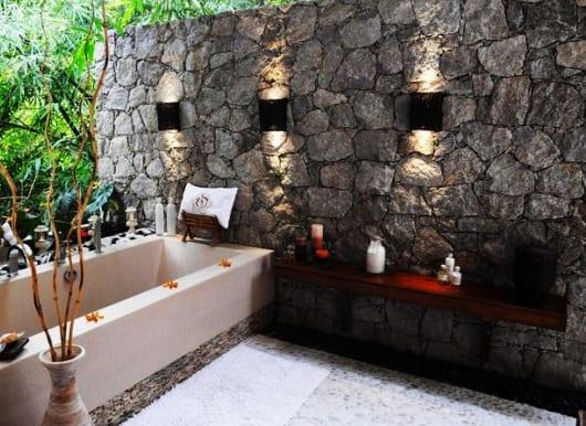 badezimmer inspiration für den außenbereich mit Natursteinmauer und badezimmerleuchten