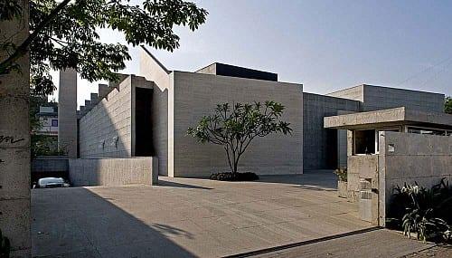 betonbau mit flachdach und betonwände aus sichtbeton