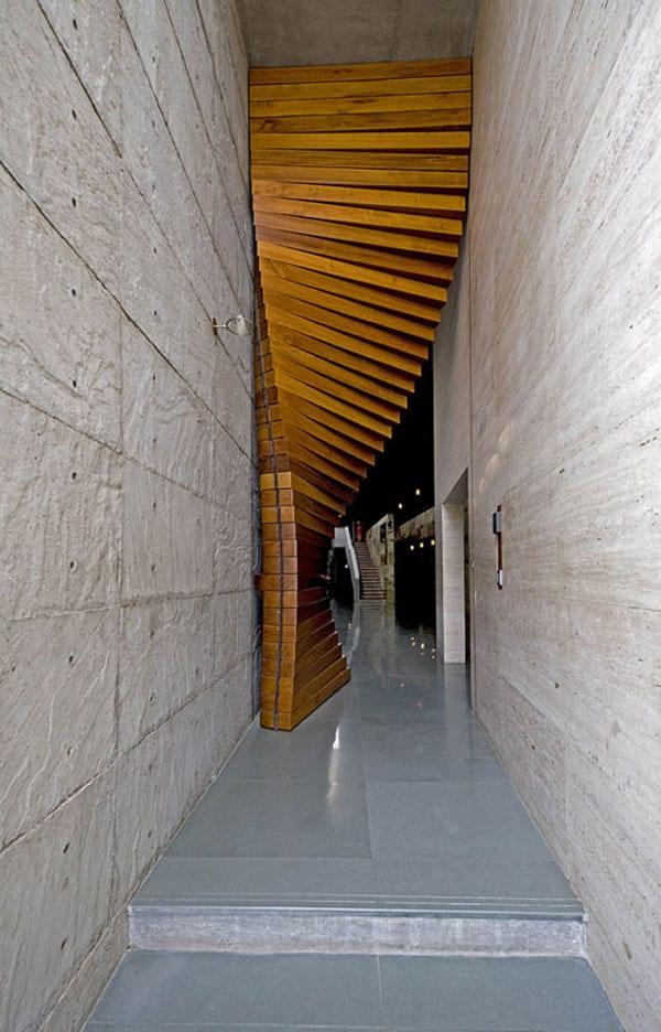 einganssituation mit betonwnden und Massivholztür