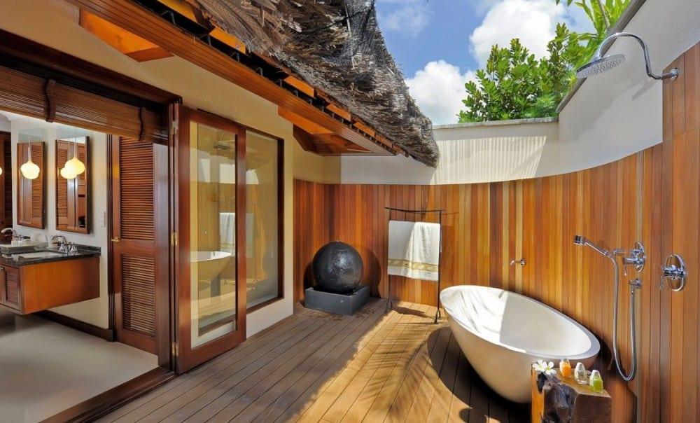 Badezimmer holz auf Holzterrasse mit badewanne freistehend und duschzone