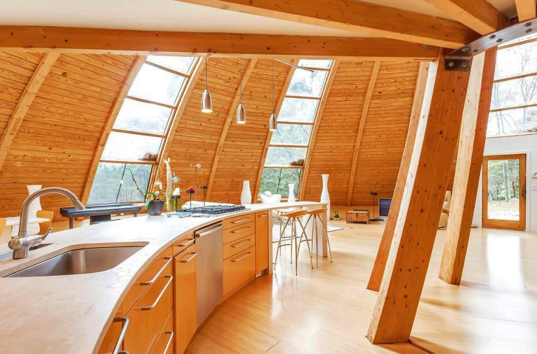 moderne küche inspiration mit küchenschränken aus holz und küchenarbeitsplatte weiß aus naturstein