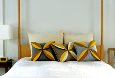 coole Bastelidee für DIY Kissen in grau und gelb mit Blumenmuster aus Filz