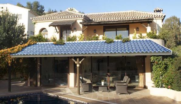 moderne terrassen berdachung mit solaranlage und. Black Bedroom Furniture Sets. Home Design Ideas