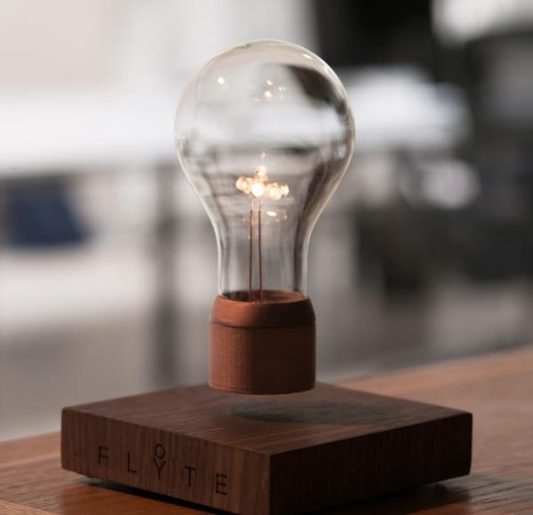 coole Einrichtung mit moderner Tischlampe aus Holzplatte und Glühbirne