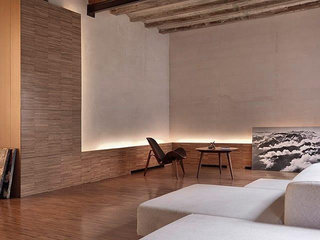 luxus Wohnzimmer mit weißem Polstersofa und rundem couchtisch holz