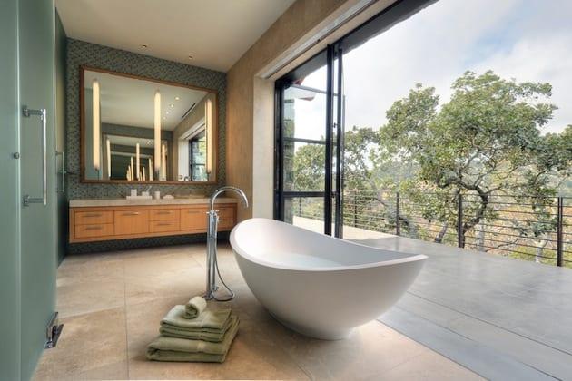 schöne badezimmer inspiration mit panoramafenster zum garten