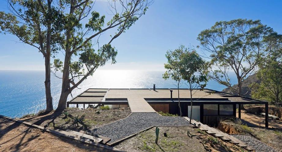 minimalistisches Traumhaus mit blick auf den ozean