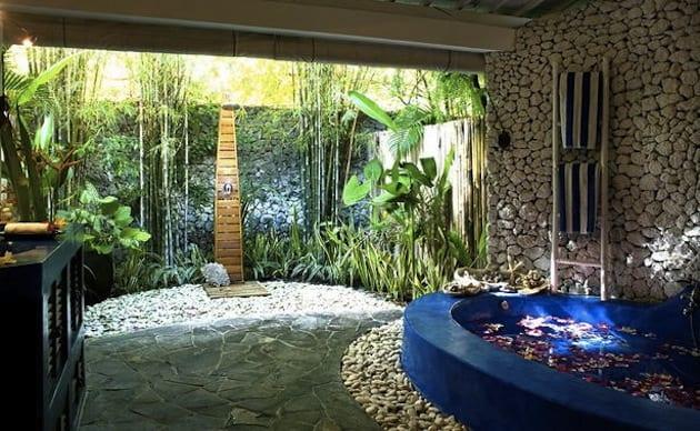 modernes badezimmer naturstein mit ausgemauerter badewanne in blau und badezimmer kommode aus holz