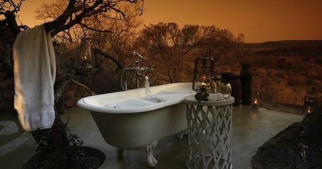 modernes badezimmer im au enbereich mit badewanne freistehend und beistelltisch rund freshouse. Black Bedroom Furniture Sets. Home Design Ideas