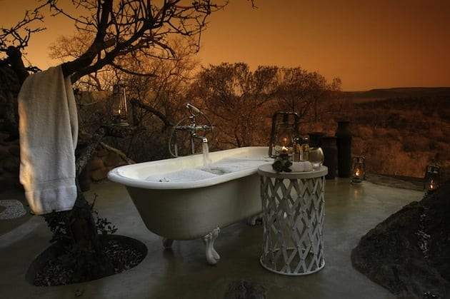 freistehende badewanne in hellgrau mit beistelltisch als terrassengestaltung einer Terrasse aus beton