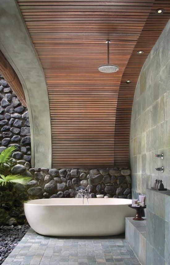schöne gartenidee mit überdachter Terrasse und freistehender badewanne mit Dusche