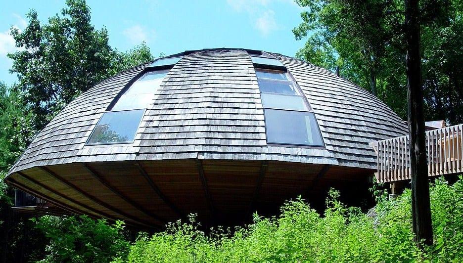 luxus Ferienhaus aus holz mit Kuppeldach und gewölbten fenstern