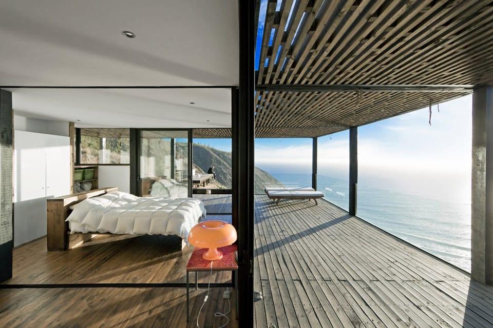moderne Schlafzimmergestaltung mit Holzbett und Glaswänden