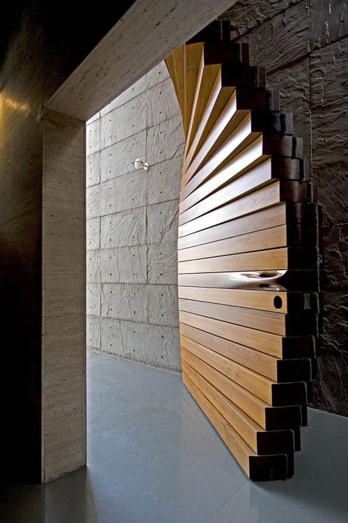 luxus eingangstür holz als kreative wohnidee flur in kombination mit betonwänden