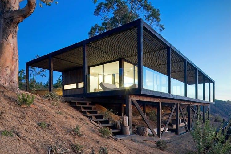 modernes minimalistisches holzhaus mit schiebbaren glasw nden und coolem blick auf das meer. Black Bedroom Furniture Sets. Home Design Ideas