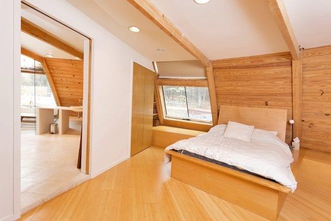 schlafzimmer dachschröge mit bambusboden und Quin-Size Bett aus Holz