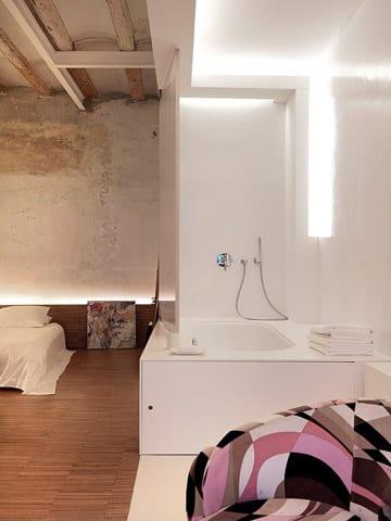 luxus schlafzimmer rustikal mit moderner badewanne weiß