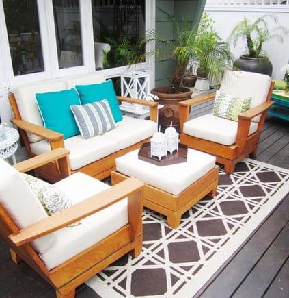 fantastische terrassengestaltung mit holzmöbeln und weißen kissen