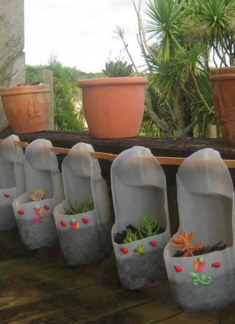 coole Terrassendeko mit DIY Blumentöpfen aus weißen plastikflaschen