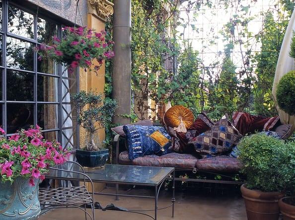 coole terrasse einrichtung und dekoration mit metallmöbeln und Blumen