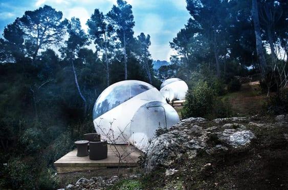coole gartengestaltung mit Bubble Pavillon in weiß und Holzterrasse