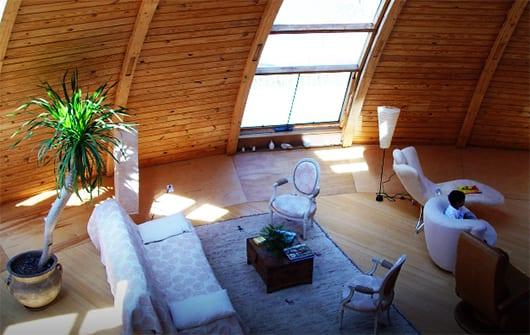 moderne Loft Wohnung aus Holz mit gebogenen Holzwänden