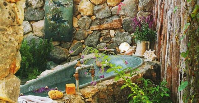 Rustikales badezimmer im garten und badewanne verkleidung mit naturstein freshouse - Badewanne im garten ...