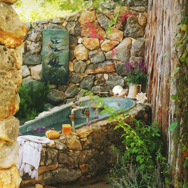 badezimmer rustikal aus naturstein für den außenbereich