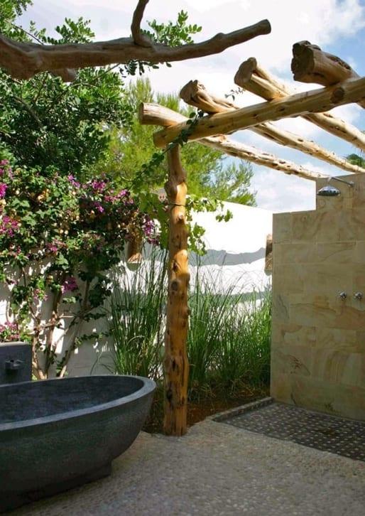 badezimmer im freien mit betonbadewanne und duschzone mit duschwand