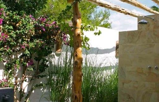Sch ne badezimmerideen als gartengestaltung mit pergola aus rundh lzern freshouse - Gartengestaltung pergola ...