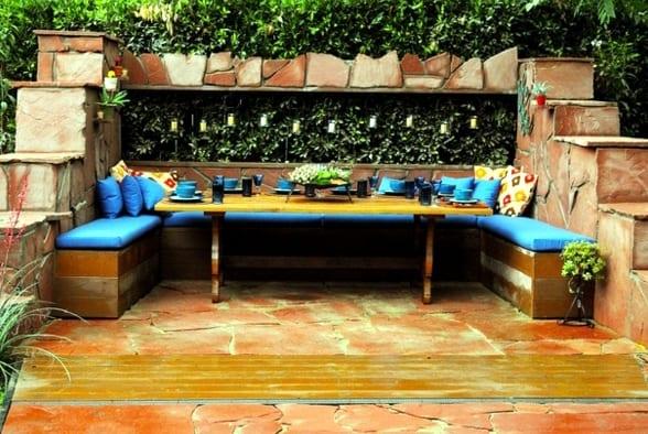 fröhliche farben für coole gartengestaltung mit naturstein und sitzecke mit esstisch holz