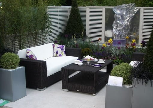 modernes wohnzimmer im garten gestalten mit frischen iris blumen
