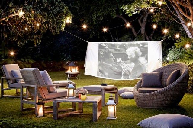 coole gartynparty ideen für sommerkino mit gemütlichen Gartenmöbeln aus Holz