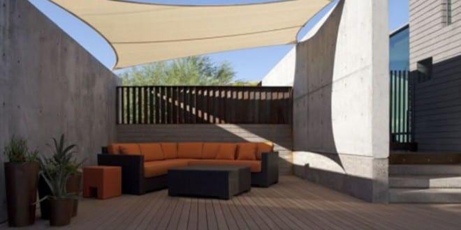 terrassen gestalten mit pool und kleines wohnzimmer im freien mit sonnensegel zur beschattung. Black Bedroom Furniture Sets. Home Design Ideas