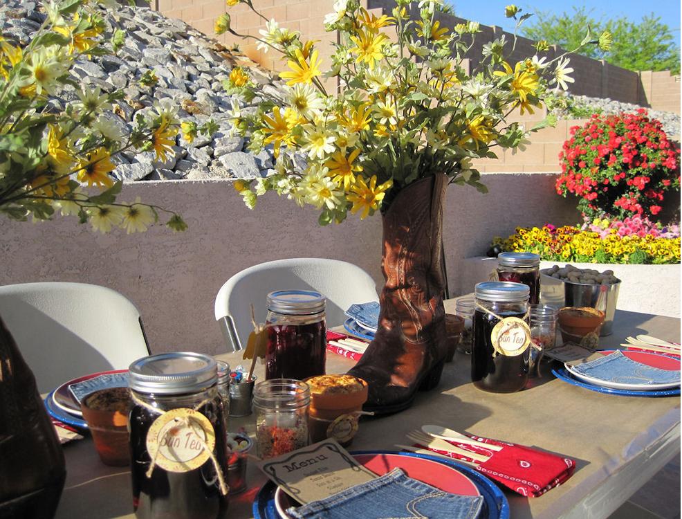 kreative tischdeko idee mit Blumen und Stiefeln