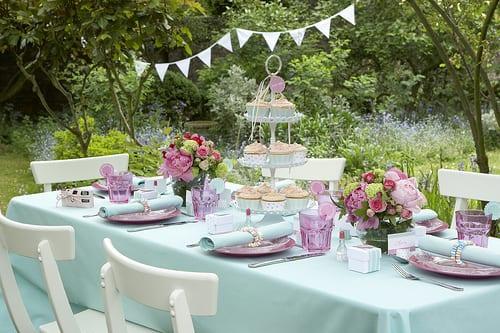 gartenparty deko idee in blau und rosa