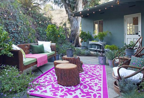 wohnzimmer im garten einrichten mit teppich in lila und wei und runde couchtische aus holz. Black Bedroom Furniture Sets. Home Design Ideas