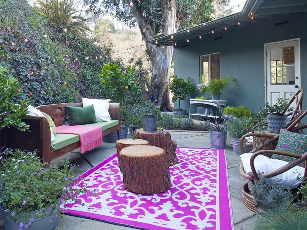 garten idee mit sofa und runde couchtische aus rundholz
