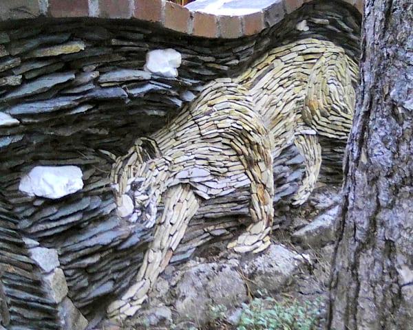 katze aus steinen als mauerdeko idee für den gartenmauer