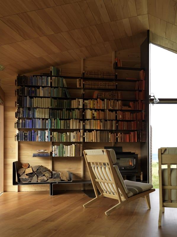 wohnzimmer wanddeko idee mit modernen Bücherregalen und Kaminofen