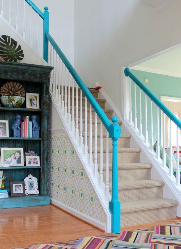farbgestaltung treppe in weiß und blau mit tapete