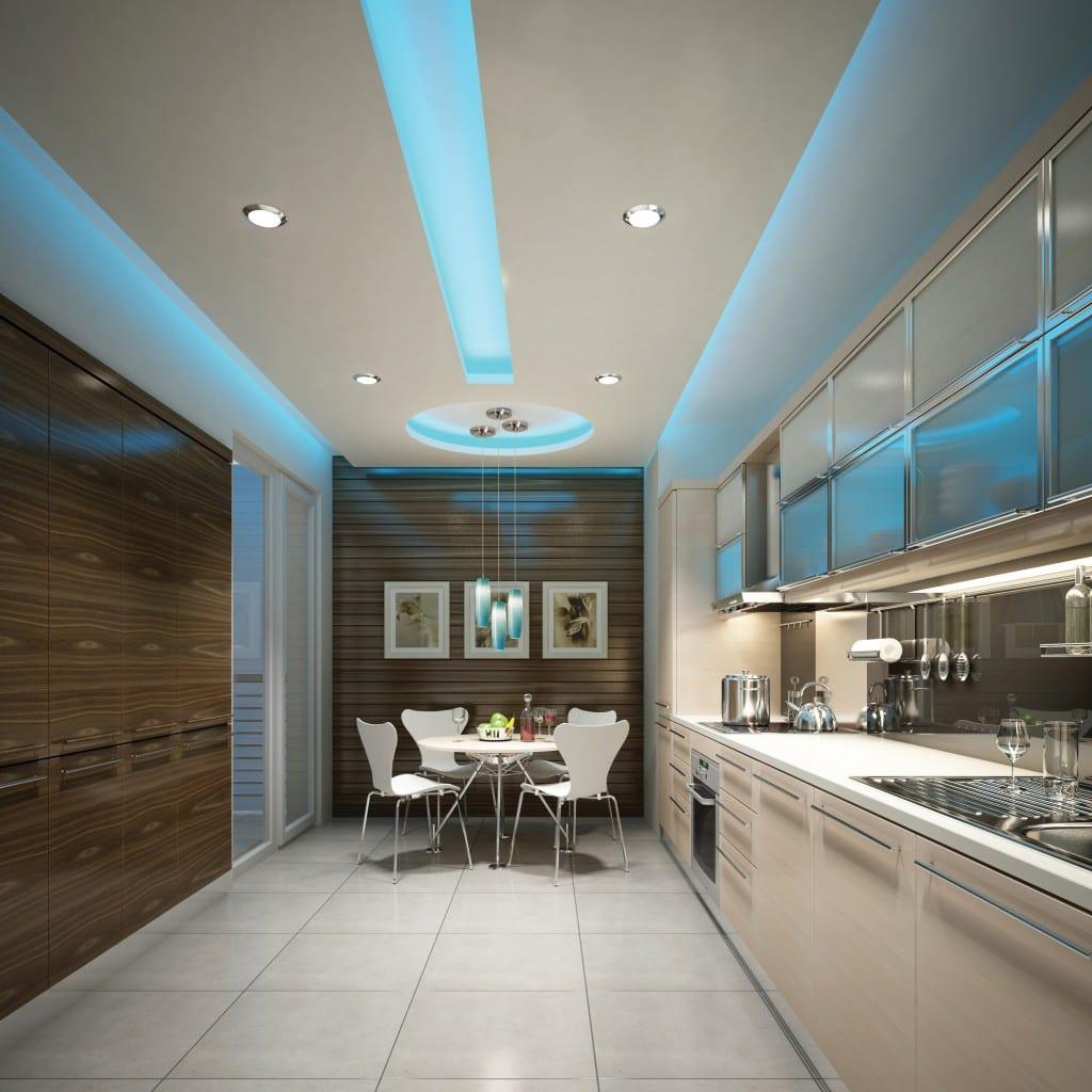 moderne küche weiß mit deckengestaltung durch blaue indirekte deckenbeleuchtung