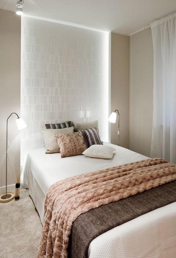 kleine schlafzimmer einrichten mit bett in wandnische und seitliche wandbeleuchtung mit LEB-streifen und stehlampen