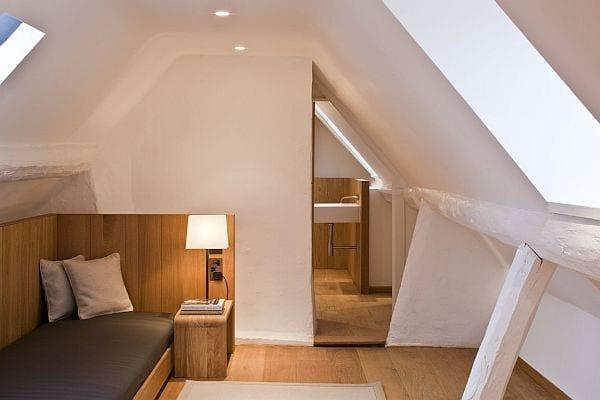 cooles schlafzimmer design mit Holzbett und wandverkleidung aus holz im badezimmer