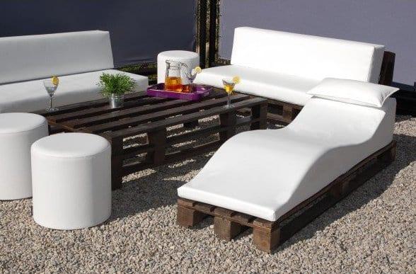 dachterasse ideen mit DIY Gartenmöbel aus Paletten mit weißen polsterkissen und weißen hocker rund